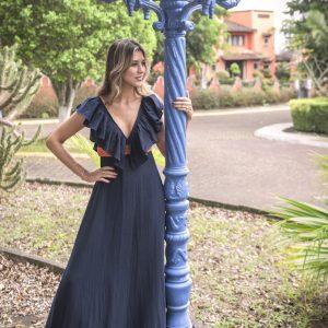 vestido de verano largo con escote v y colante, color azul marino con contraste naranja y flecos en el borde inferior - primavera verano PALOMA LAJUD