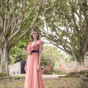 vestido de verano largo con escote v y colante, color caldero con contraste azul marino y flecos en el borde inferior