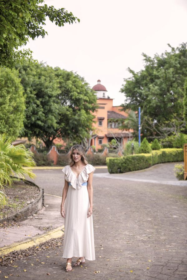 vestido de verano largo color natural arena, cuello v volantes y banda color azul celeste de paloma lajud primavera verano 2021