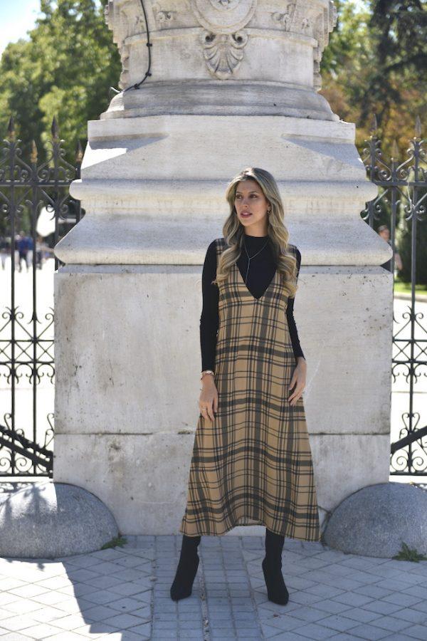 modelo con vestido fluido color camel con cuadros negros tipo tartan coleccion otoño invierno 2021 paloma lajud