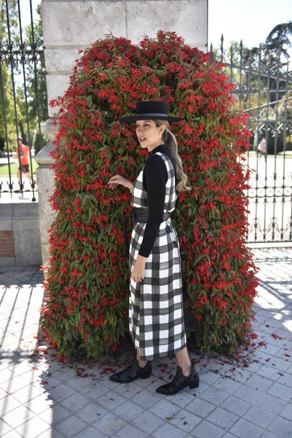 vestido roper fluido cuadros vichy blanco con negro y sombrero negro